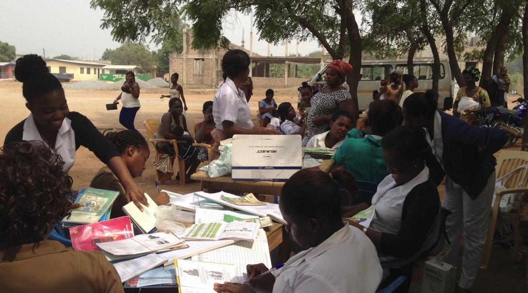 Enfermeras supervisando a internas en Ghana durante una brigada médica.